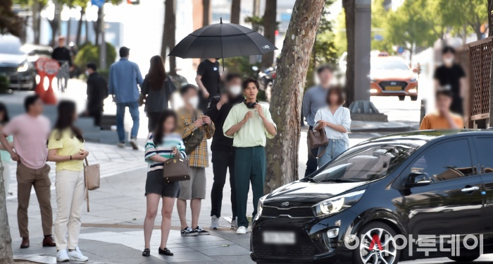 Ảnh chụp lén Won Bin     (42 tuổi) trên phố khiến Knet điên đảo: Lee Na Young mất chồng như chơi! ảnh 4