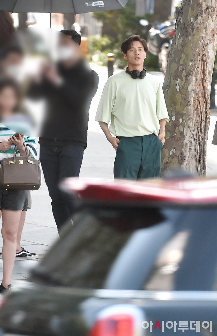 Ảnh chụp lén Won Bin     (42 tuổi) trên phố khiến Knet điên đảo: Lee Na Young mất chồng như chơi! ảnh 5
