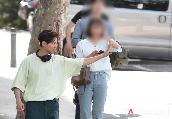 Ảnh chụp lén Won Bin     (42 tuổi) trên phố khiến Knet điên đảo: Lee Na Young mất chồng như chơi! ảnh 6