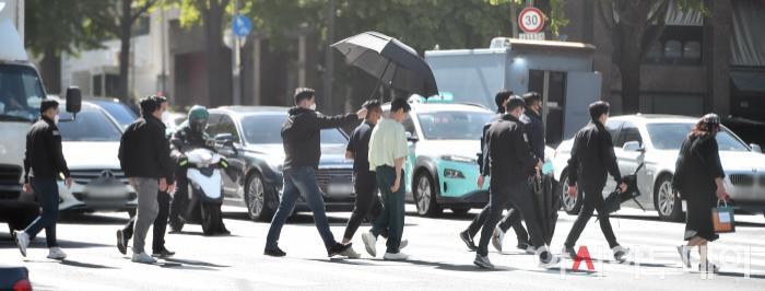 Ảnh chụp lén Won Bin     (42 tuổi) trên phố khiến Knet điên đảo: Lee Na Young mất chồng như chơi! ảnh 11