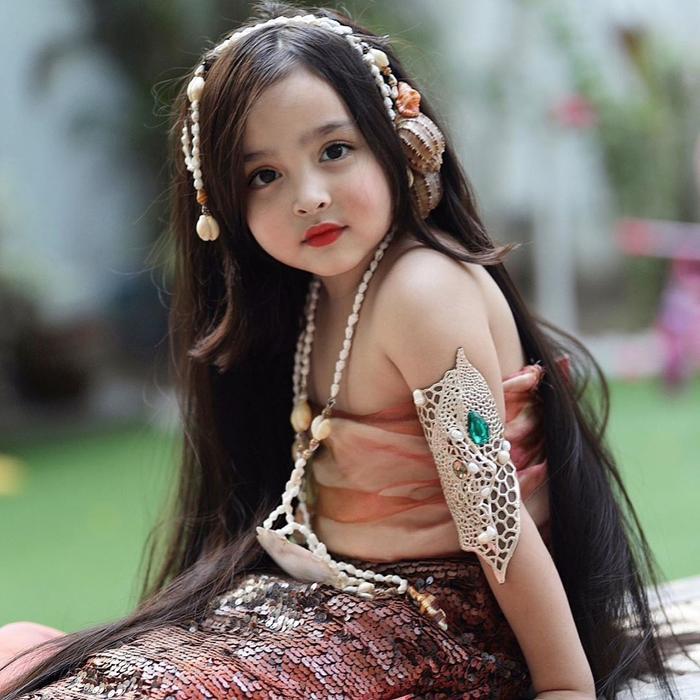 Zia thừa hưởng nét đẹp của cả ba lẫn mẹ