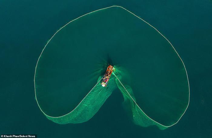 Hình ảnh tuyệt đẹp cho thấy lưới biến thành một loạt các hình dạng mê hoặc khi nó lan ra bên dưới thuyền trước khi được kéo trở lại lên tàu.