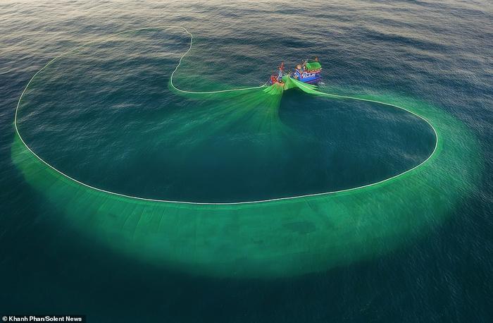 Những hình ảnh tuyệt đẹp này do Khánh Phan, một nhiếp ảnh gia và nhân viên ngân hàng, 34 tuổi, chụp. Một hình ảnh cho thấy tấm lưới tạo thành hình bát khổng lồ dưới mặt nước.