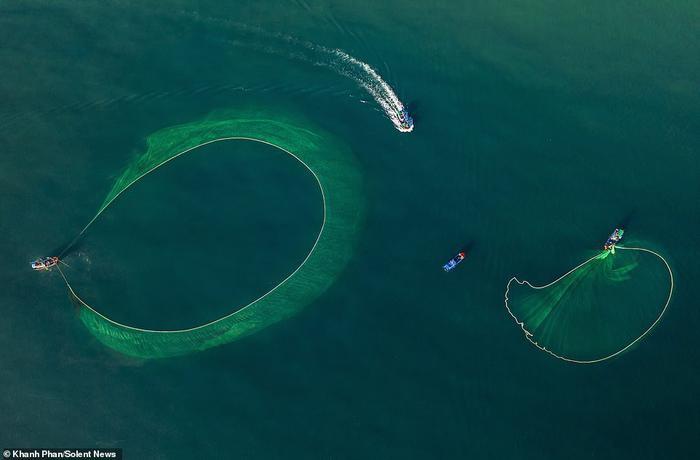 """Khánh Phan nói: """"Tùy từng ngày, vào buổi sáng ngư dân sẽ xác định vị trí quăng lưới""""."""