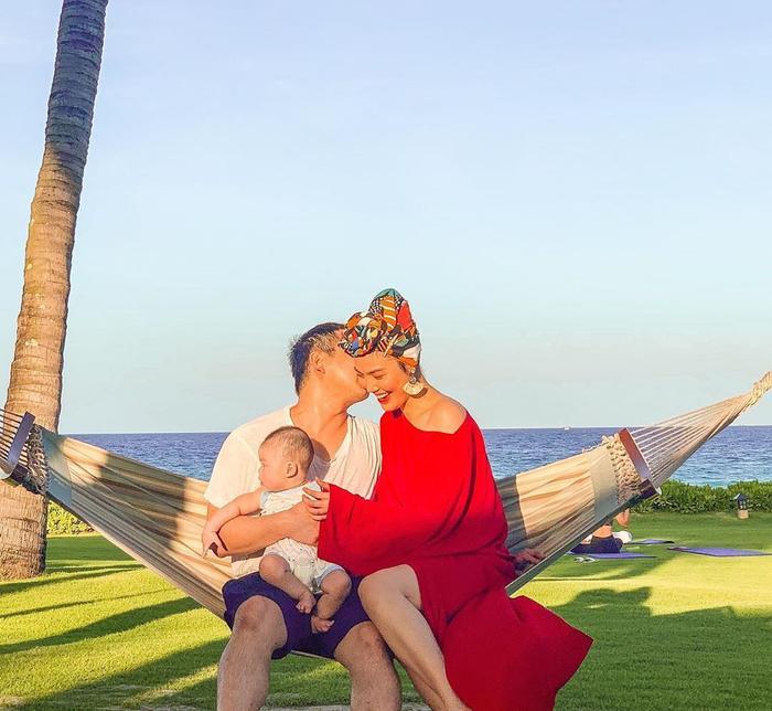 Hình ảnh hạnh phúc của Lan Khuê bên chồng John Tuấn Nguyễn và con trai khiến nhiều người phải xuýt xoa ngưỡng mộ