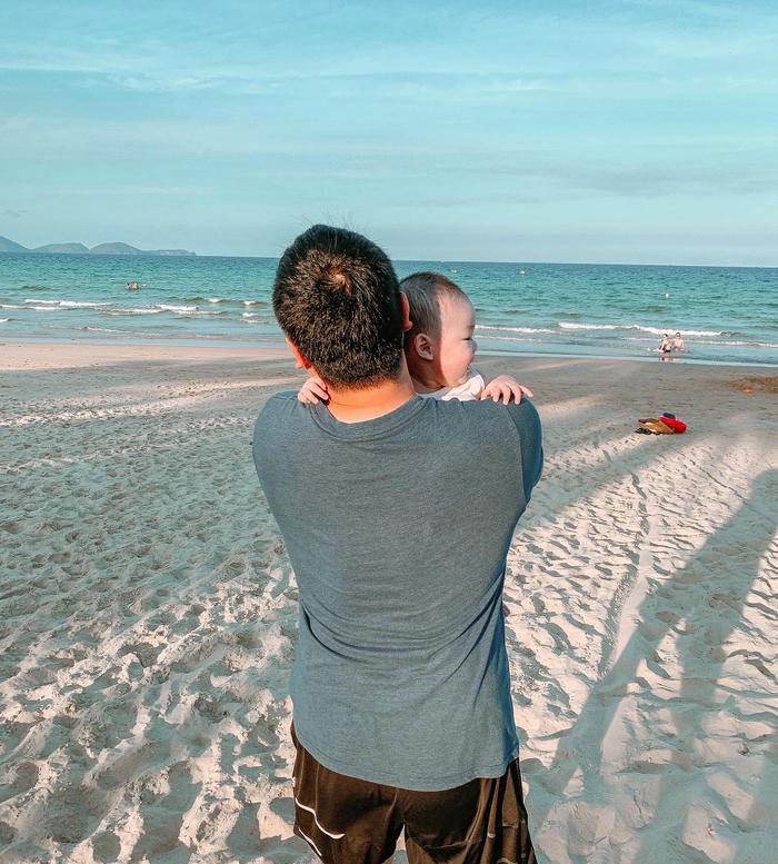 Nàng siêu mẫu còn khoe khoảnh khắc ông xã bế con đứng trước biển đầy tình cảm