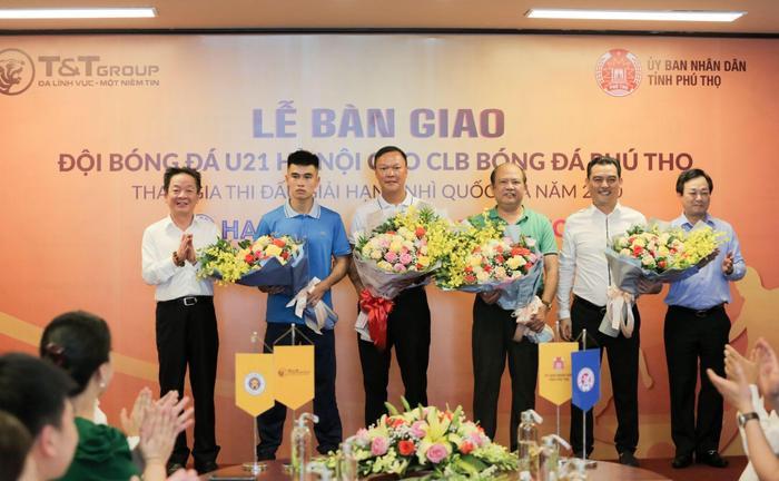 Bầu Hiển chuyển giao đội U21 Hà Nội cho CLB Phú Thọ.