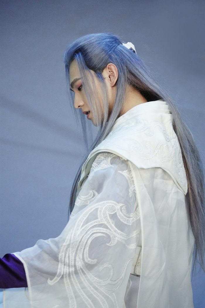Dương Dương: Dù chỉ là quay một đoạn quảng cáo ngắn nhưng Dương Dương đã mê hoặc không ít fan nữ bởi tạo hình đầy cuốn hút, nhất là mái tóc trắng càng khiến anh cực kỳ nổi bật.
