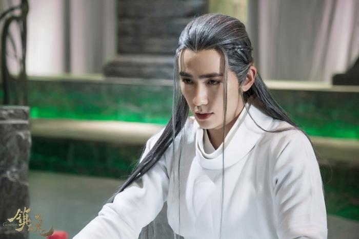 Chu Nhất Long: Chắc mọt phim không thể quên được vai diễn Dạ Tôn vừa đáng thương vừa đáng hận của Chu Nhất Long trong Trấn hồn. Tạo hình tuy đơn giản nhưng vẫn không thể khiến Chu Nhất Long bị lu mờ, nhất là mái tóc trắng mà anh mang.