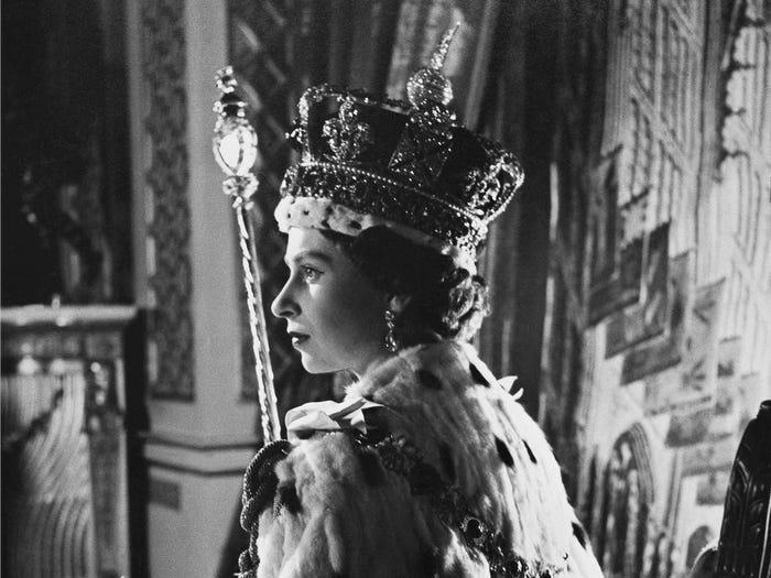 Nữ hoàng Elizabeth cũng là nữ hoàng trị vì lâu nhất thế giới. Nữ hoàng Elizabeth kế thừa ngai vàng Vương quốc Anh vào ngày 6 tháng 2 năm 1952 sau cái chết của cha mình, Vua George VI. Kể từ sinh nhật thứ 94 vào ngày 21 tháng 4 năm 2020, bà đã trị vì trong 68 năm và 75 ngày.