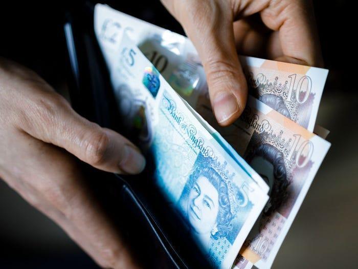 Nữ hoàng cũng giữ kỷ lục được in chân dung lên nhiều loại tiền tệ nhất. Nữ hoàng Elizabeth xuất hiện trên các loại tiền tệ của hơn 35 quốc gia, vượt qua Nữ hoàng Victoria (21 quốc gia) và Vua George V (19 quốc gia).