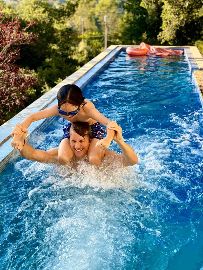 Hồng Nhung khoe ảnh 'bạn trai tin đồn' vui vẻ bơi lội với các con
