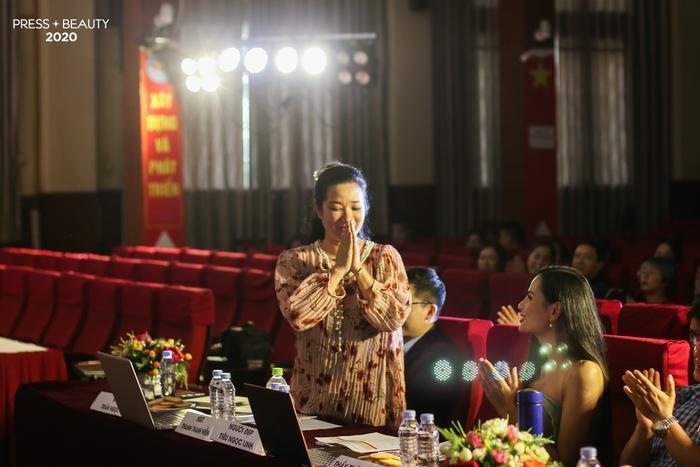 Xuất hiện với tà áo dài truyền thống, danh ca Thanh Thanh Hiền chính là khách mời đặc biệt nhất trong bộ tứ giám khảo