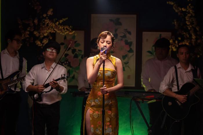 Sân khấu cho tập đầu tiên của Chi Pu's Greatest Show được dàn dựng với concept mang hơi hướng Hong Kong cổ điển, lấy tông đỏ huyền bí làm chủ đạo. Bản thân nữ ca sĩ cũng xuất hiện với tạo hình vintage, cùng sườn xám và kiểu tóc finger wave mang đậm phong cách sang trọng, quý phái.
