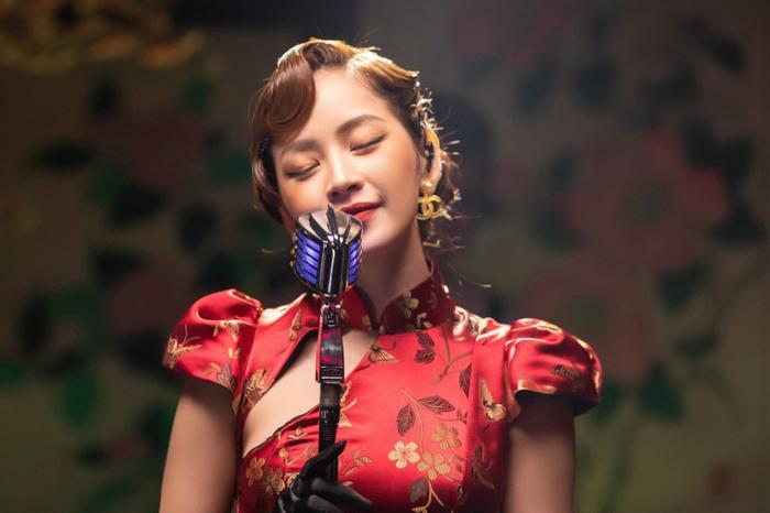 Tình hồng như mơđược chọn làm bài hát mở đầu cho tập 1, qua giọng ca của Đan Trường - Cẩm Ly mang đầy màu sắc trữ tình, còn Chi Pu lại mang đến cảm giác sâu lắng cho bài hát.