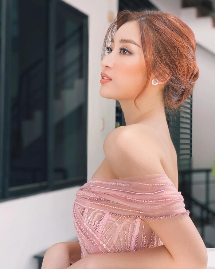Khoe góc nghiêng gương mặt xinh đẹp, Hoa hậu Đỗ Mỹ Linh cuốn hút bằng vẻ ngoài sang trọng và gợi cảm.