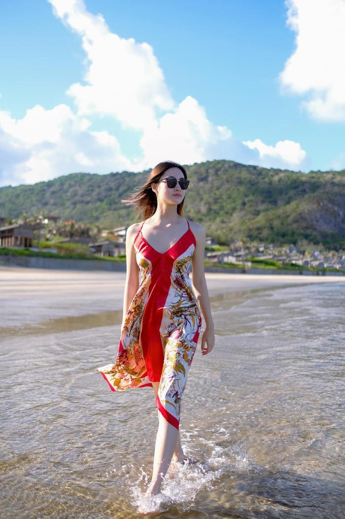 Miss World Vietnam - Lương Thùy Linh diện váy lụa 2 dây để lộ đôi vai trần quyến rũ.