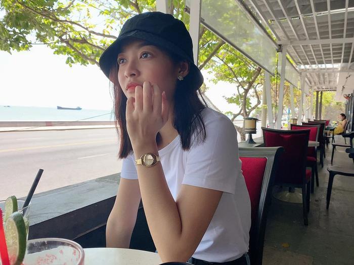 Á hậu Kiều Loan diện style đơn giản đi ngắm biển cùng bạn.