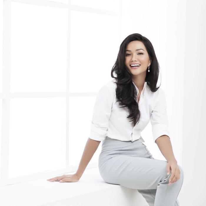 Minh Tú đáp trả anti-fan chê Miss hậu trường: Lên bìa tạp chí cũng sống 24 tiếng 1 ngày ảnh 13