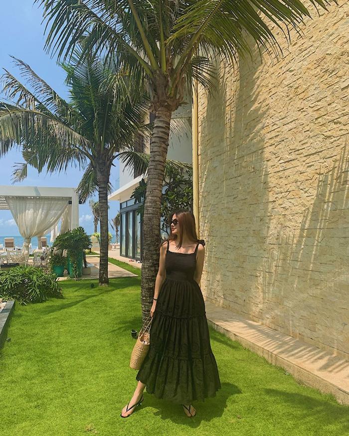 Hoa hậu Trái đất Phương Khánh diện váy dài phong cách đi biển.