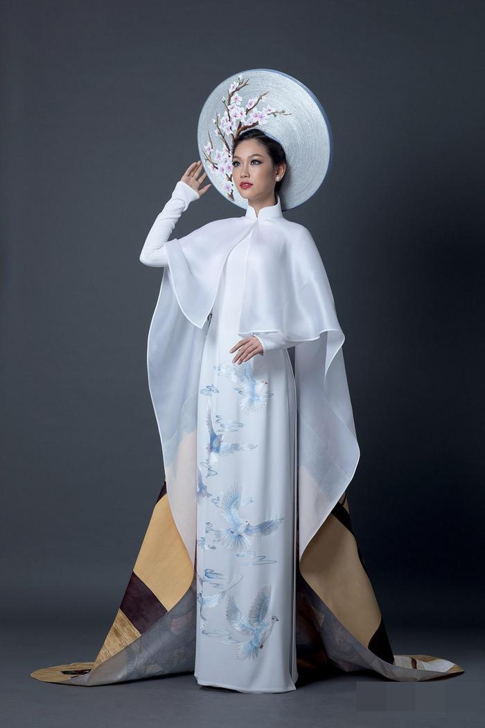 Á khôi Phương Linh đẹp thuần khiết với bộ trang phục dân tộc màu trắng được lấy ý tưởng từ bộ áo dài Việt Nam tại Miss International 2016. Không quá cầu kì nhưng chính sự cách điệu họa tiết hoa anh đào, chim bồ câu tượng trưng cho hòa bình và tình hữu nghị Việt - Nhật.