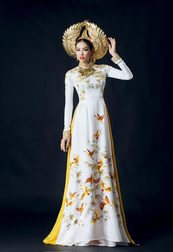 Bộ áo dài trắng ấn tượng của Phạm Hương tại Miss Universe 2015.