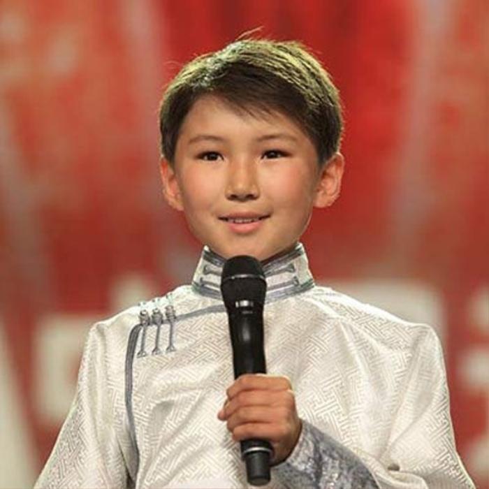 Uudam sinh ngày 9/9/1999 trong một gia đình giàu truyền thống âm nhạc.