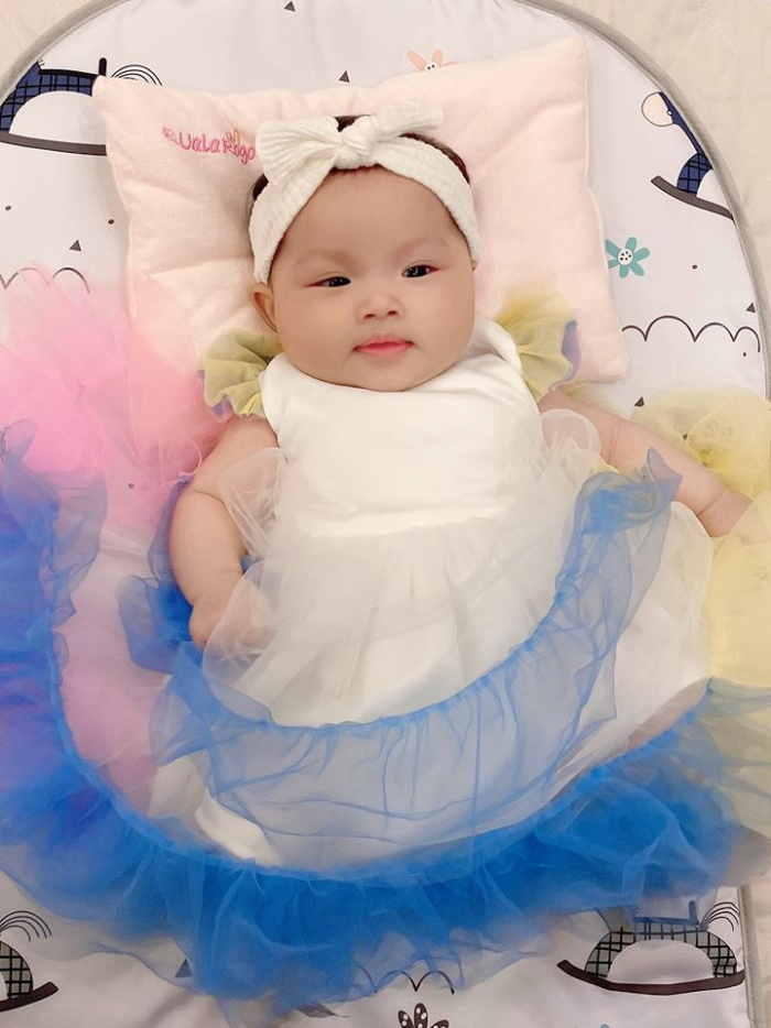 Đúng là rich kid sinh ra trong nhung lụa, con gái Thu Hương được ông bà bố mẹ tổ chức bữa tiệc đầu đời hoành tráng vô cùng.
