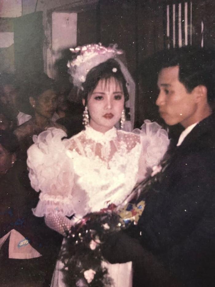"""Bức ảnh trắng đen trong ngày cưới của bố mẹ Linh Ngọc Đàm chia sẻ cách đây không lâu. Mẹ cô có khuôn mặt tròn phúc hậu của người phụ nữ Á Đông, còn bố cô lại trông như """"soái ca"""", dù chỉ là góc nghiêng nhưng rất thu hút."""