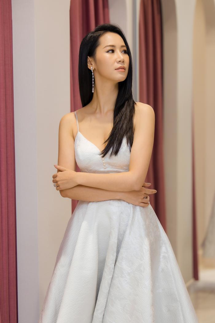 Dương Thuỳ Linh khoe thềm ngực gợi cảm, tự tin đọ sắc cùng Hoa hậu Khánh Vân ảnh 6