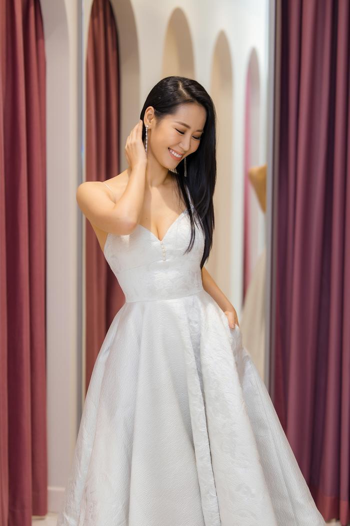 Dương Thuỳ Linh khoe thềm ngực gợi cảm, tự tin đọ sắc cùng Hoa hậu Khánh Vân ảnh 7