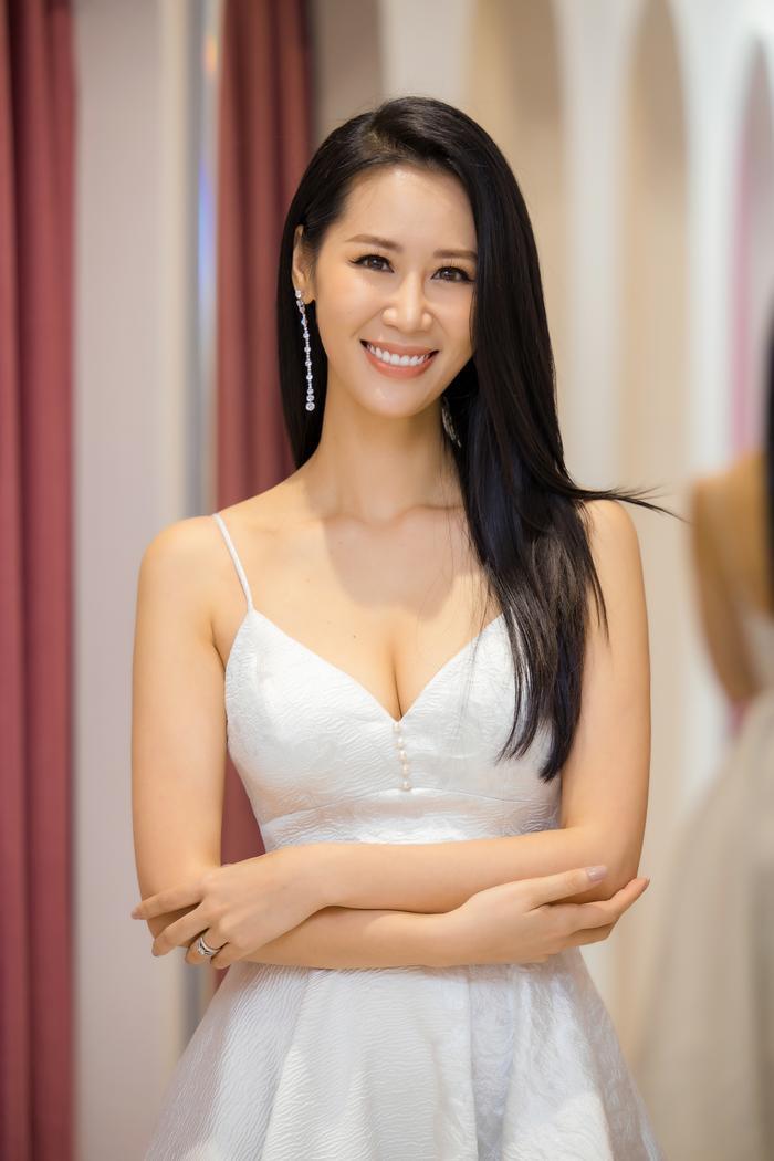 Dương Thuỳ Linh khoe thềm ngực gợi cảm, tự tin đọ sắc cùng Hoa hậu Khánh Vân ảnh 8
