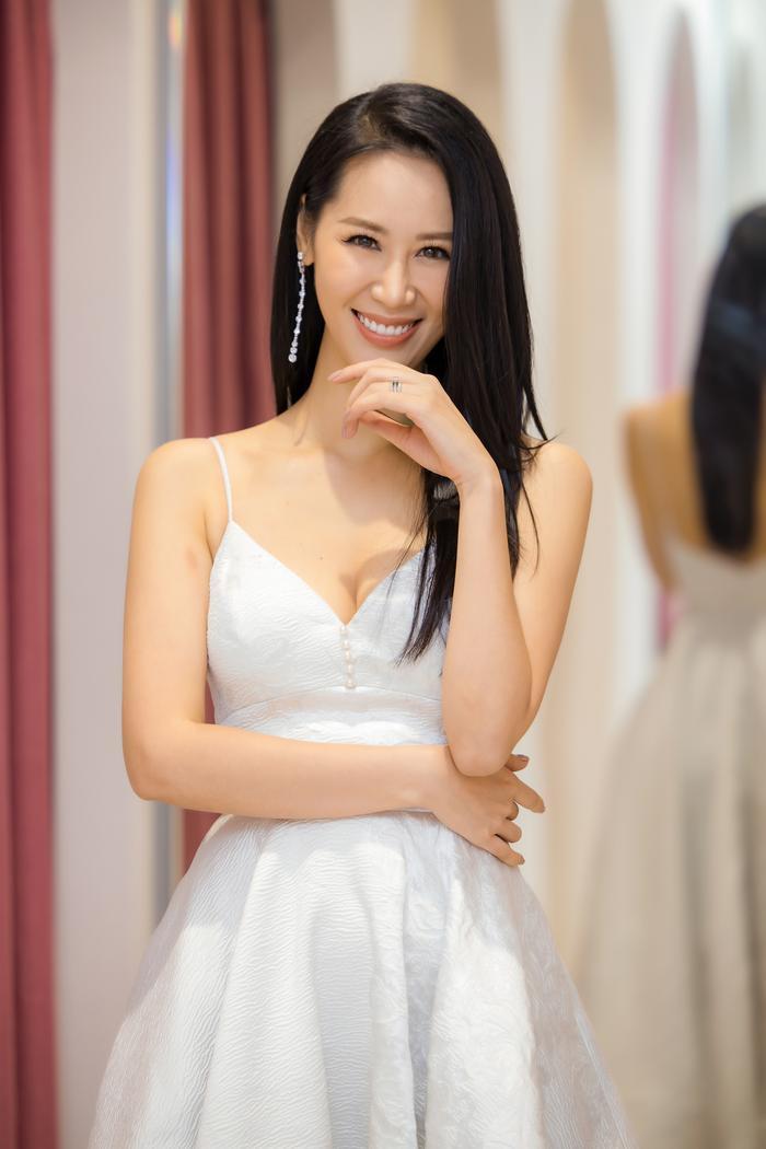 Dương Thuỳ Linh khoe thềm ngực gợi cảm, tự tin đọ sắc cùng Hoa hậu Khánh Vân ảnh 9