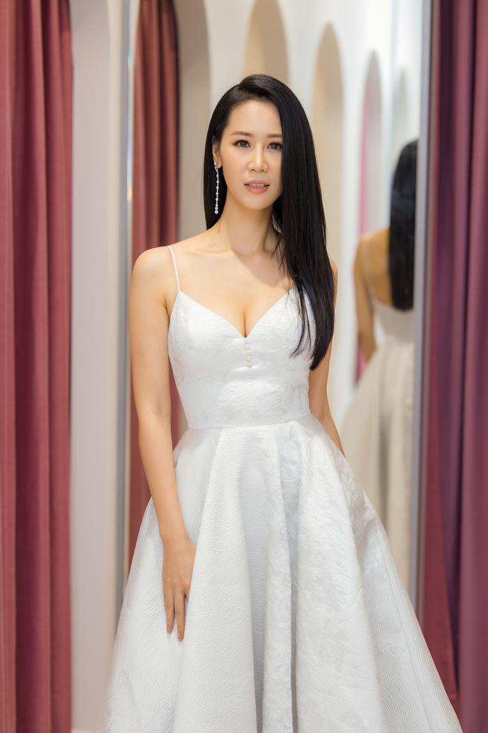 Dương Thuỳ Linh khoe thềm ngực gợi cảm, tự tin đọ sắc cùng Hoa hậu Khánh Vân ảnh 10