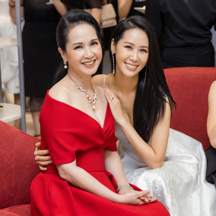 Dương Thuỳ Linh khoe thềm ngực gợi cảm, tự tin đọ sắc cùng Hoa hậu Khánh Vân ảnh 11
