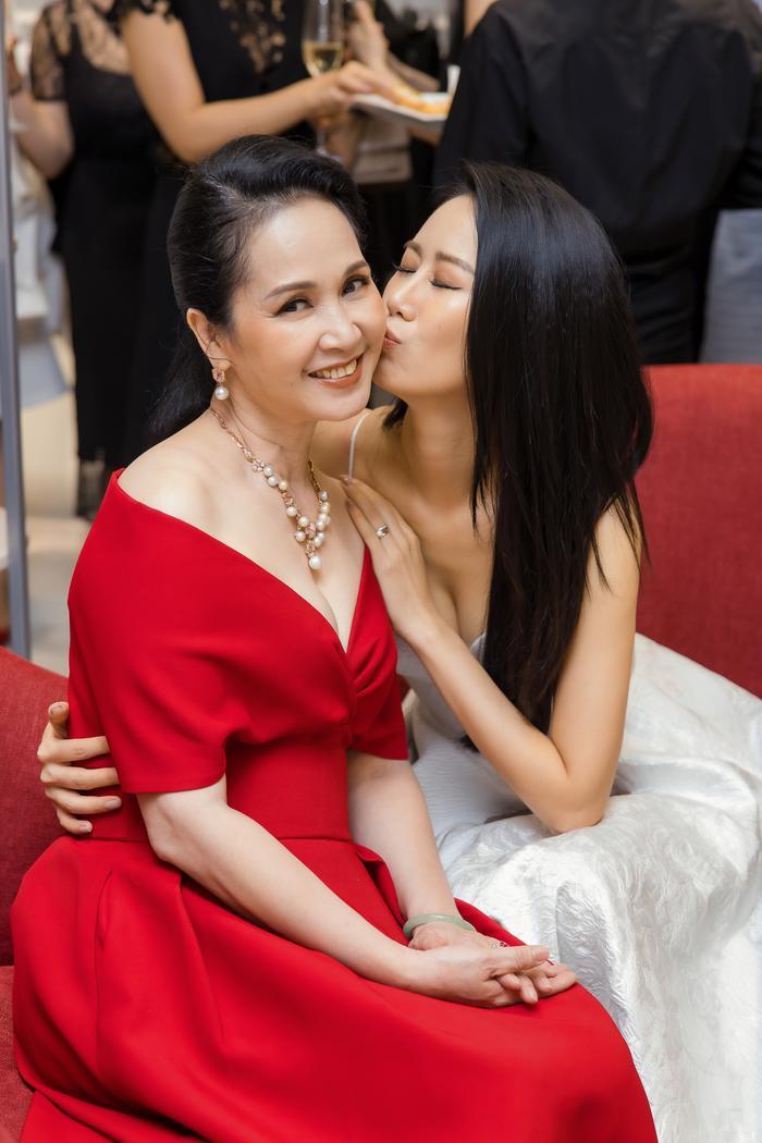Dương Thuỳ Linh khoe thềm ngực gợi cảm, tự tin đọ sắc cùng Hoa hậu Khánh Vân ảnh 12