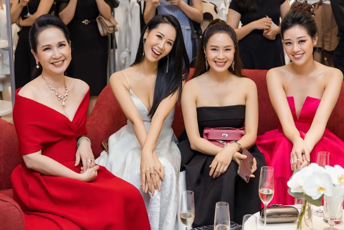 Dương Thuỳ Linh khoe thềm ngực gợi cảm, tự tin đọ sắc cùng Hoa hậu Khánh Vân ảnh 2