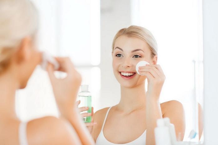 Các bạn chú ý chỉ nên rửa mặt bằng nước muối sinh lý vào ban đêm để tránh bắt nắng. Nếu phải dùng ban ngày, hãy thoa thêm kem chống nắng khi đi ra ngoài dù thời gian ngắn nhé
