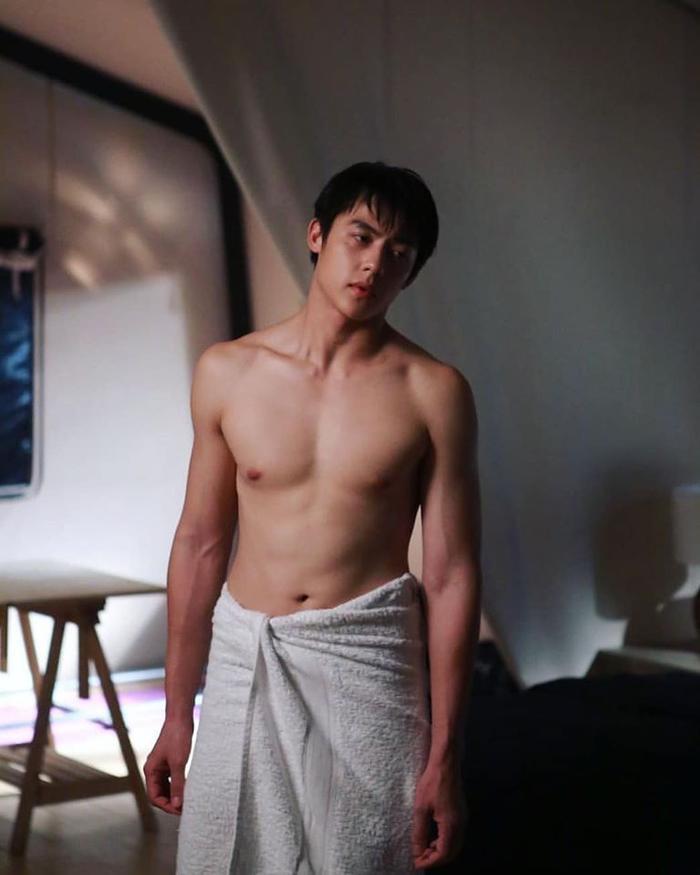 Trong phim có rất nhiều phân cảnh nóng bỏng của nam chính khi để lộ body sáu múi cực đẹp.