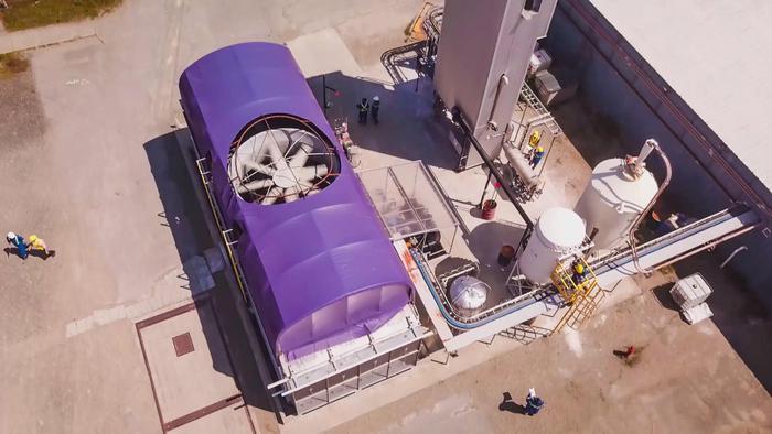 Nhà máy thí điểm thu giữ CO2 từ không khí và biến nó thành xăng tổng hợp của Carbon Engineering ở Direct Squamish, British Columbia. (Ảnh:Carbon Engineering)