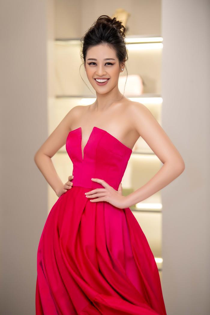 Khánh Vân diện style công chúa, đẹp rạng rỡ như đóa hồng đỏ sắc vẫn thừa hương thơm ảnh 1