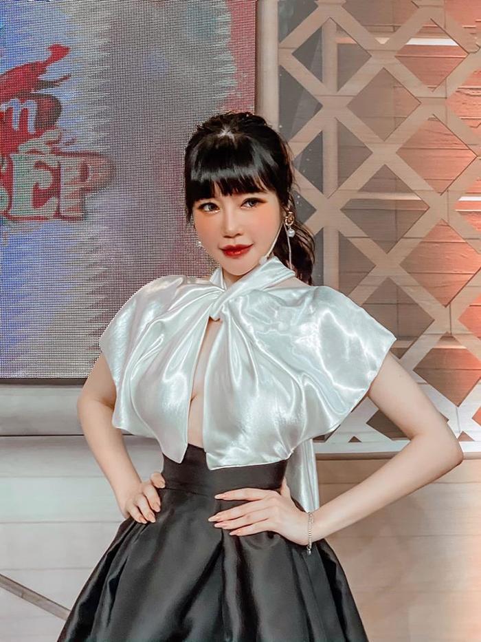 Elly Trần khéo léo chọn trang phục kín đáo để che đi vết thương ở vai.