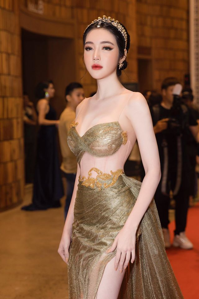 Thuộc thế hệhotgirl đời đầu của showbiz Việt nhưng cho tới hiện tại, Elly Trần vẫn thu hút nhiều sự chú ý của dân tình với diện mạo trẻ trung, hình thể nóng bỏng bất chấp tuổi tác.