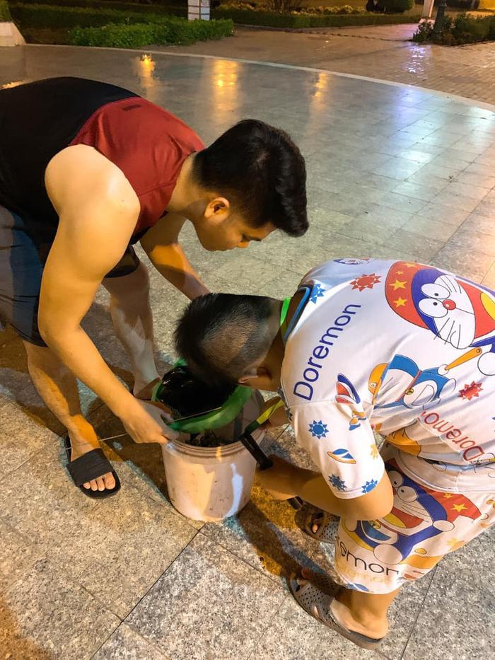 Khoảnh khắc ông xã Lê Phương đưa con trai riêng của vợ đi bắt dế lúc nửa đêm đã nhận được vô số lời khen của mọi người