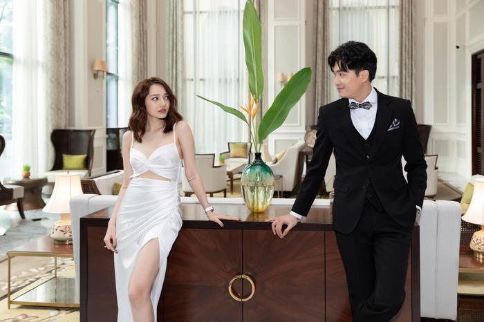 """Hình tượng """"nữ thần"""" được hoàn thiện nhờ chiếc váy trắng mà người đẹp đang diện."""