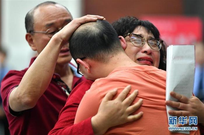 Gia đình 3 người khóc nức nở trong giây phút sum vầy.