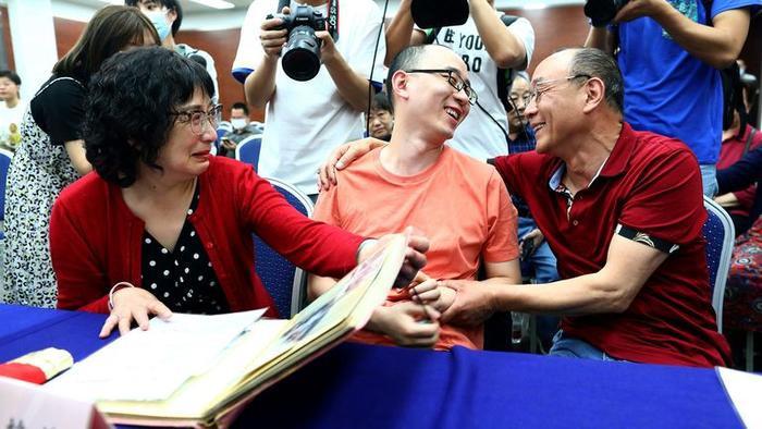 Mao Nhân (giữa) hạnh phúc trong tình yêu thương của bố mẹ.