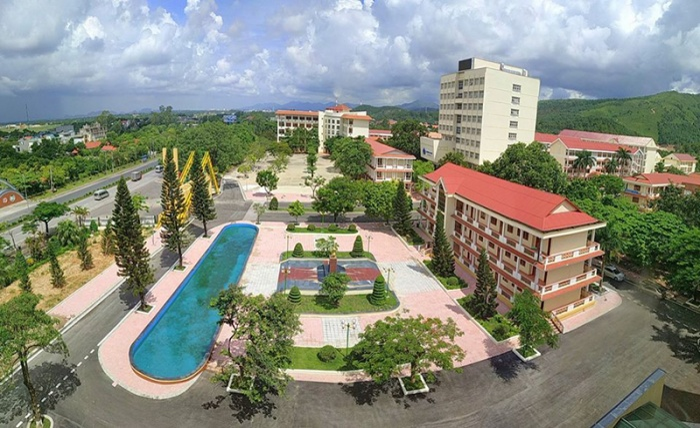 Khuôn viên trường có nhiều cây xanh