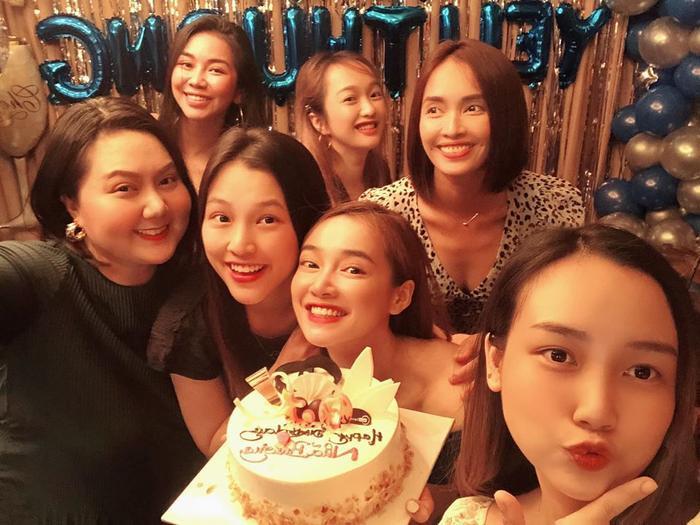 Trường Giang đi dép tổ ong, ôm Nhã Phương khiêu vũ trong bữa tiệc sinh nhật bà xã ảnh 1