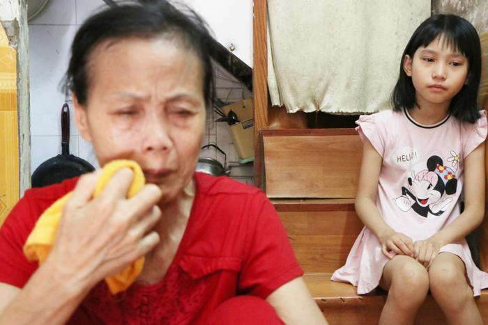 Bà Ly liên tục gạt nước mắt khi kể về hoàn cảnh của mình. 10 tuổi nhưng bé Vy chưa được đến trường.